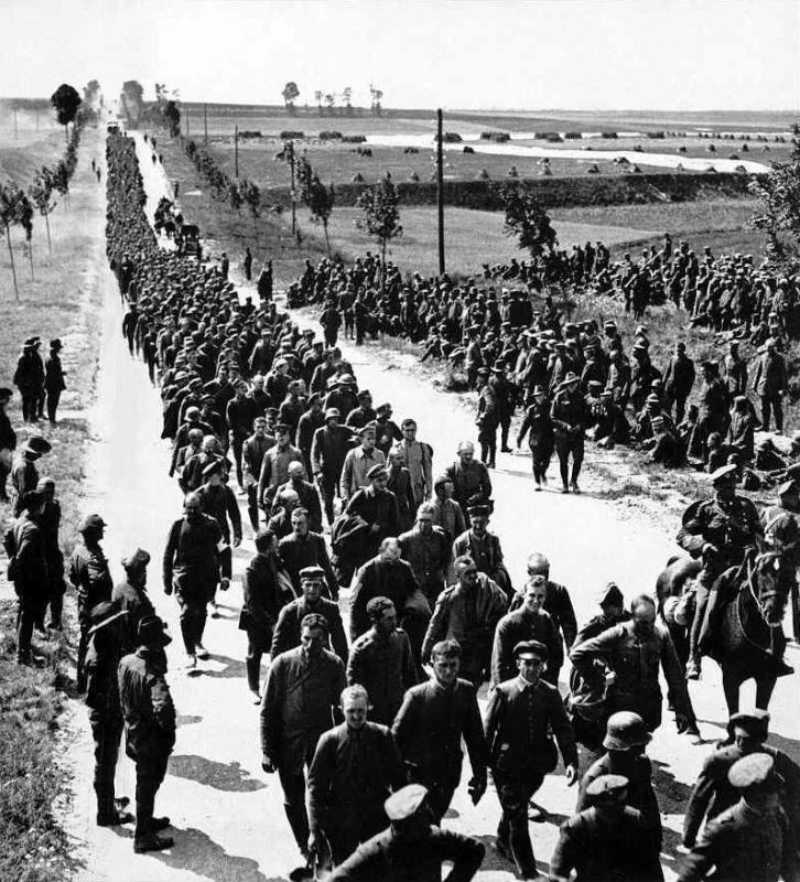 long-line-of-German-prisoners